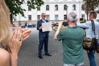 A career diplomat in front of the Ministry of Foreign Affairs in Minsk urges other diplomats to join a nationwide strike movement on August 18.