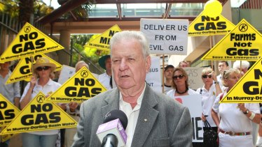 Jack Mundey at a rally of angry farmers opposed to the development of a high pressure gas pipeline from Narrabri to Wellington by Eastern Star Gas.