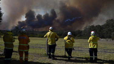 A fire flares up at Gospers Mountain after warm high temperatures and strong winds again hit NSW.