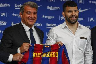 Le président de Barcelone Joan Laporta et la nouvelle recrue Sergio Aguero.