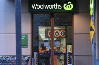 Pekerja bersiap untuk pembersihan mendalam di Woolworths di Epping Plaza yang salah terdaftar sebagai situs paparan Level 1 untuk COVID-19 awal bulan ini.