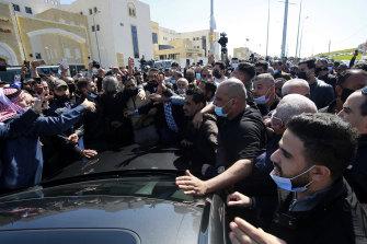 Gente enojada se reúne frente al hospital Al-Hussein Al-Salt.
