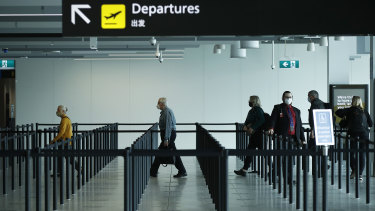 Passengers checking in at a near-empty Melbourne Airport in November. The travel industry says it can't recovery from COVID-19 without certainty on state borders.