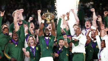 Springboks captain Siya Kolisi hoists the Webb Ellis Cup.