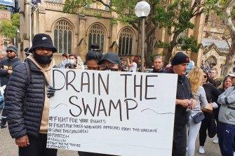 Manifestanti anti-blocco nel quartiere centrale degli affari di Sydney.