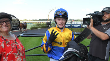 Count 'em: Robbie Dolan  signals his success after returning to scale on Strome.