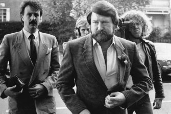Derryn Hinch enters the Supreme Court in 1986 to hear the verdict of his trial for contempt.
