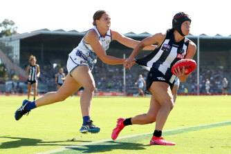 Collingwood's Brittany Bonnici tries to avoid a tackle.