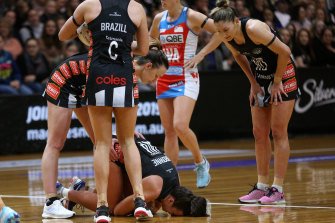 Kelsey Browne of the Magpies suffers a knee injury in 2019.