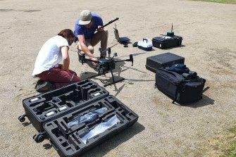 Peneliti menyiapkan drone untuk menemukan hewan yang terancam punah yang diberi tag radio.