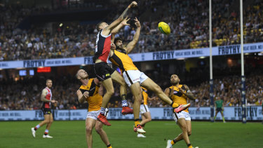 Bruising battle:  St Kilda's Matthew Parker and Hawthorn's David Mirra launch into an aerial contest.