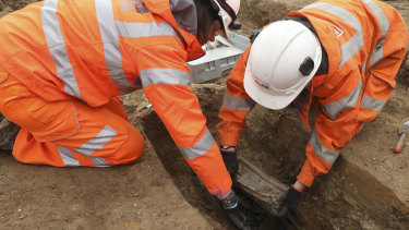 Workers remove artefacts from Matthew Flinders' grave in London.