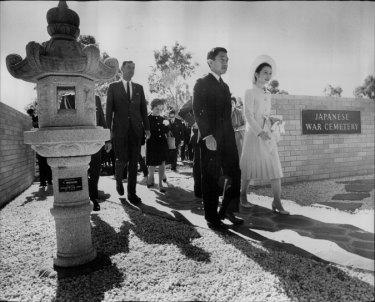 Le prince héritier Akihito et la princesse Michiko se sont rendus en Australie en mai 1973, où ils se sont rendus au cimetière de guerre japonais de Cowra, où se trouvaient les Japonais. camp de prisonniers de guerre, avant d'assister à un déjeuner civique. 9 mai 1973