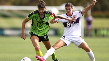 CANBERRA, AUSTRALIA - JANUARY 24:  Michelle Heyman of United competes for the ball against Tijan McKenna of the Glory during the round five W-League match between Canberra United and the Perth Glory at Viking Park, on January 24, 2021, in Canberra, Australia. (Photo by Cameron Spencer/Getty Images)