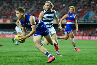 Lachie Hunter looks to pass for the Bulldogs.