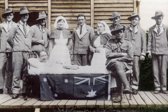 Nurses Hilda Samsing, left, and Alice Kitching with convalescing Australians on Lemnos, near Gallipoli.