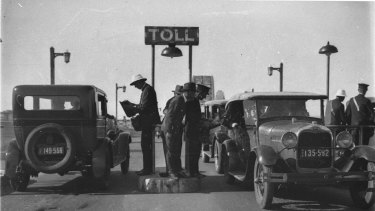 The first toll collectors on the Harbour Bridge were exposed to the elements, with only a small concrete platform to protect them from vehicles.