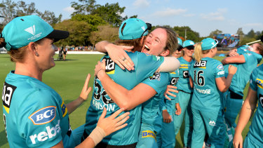 Beth Mooney celebrates with Heat teammates after winning their second consecutive Women's Big Bash final.