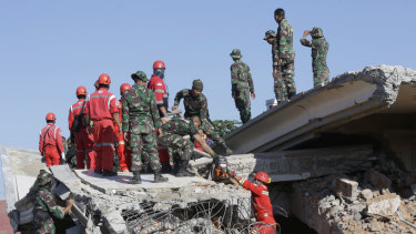 Rescuer teams continue to search for victims in the collapsed Jamiul Jamaah Mosque in Bangsal, North Lombok.