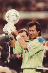 Imran Khan with the World Cup after Pakistan defeated England at the MCG in 1992.