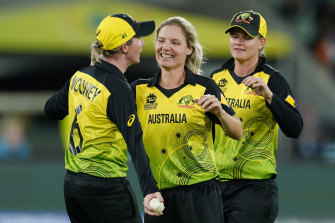 All-rounder Nicola Carey (centre) wants to see Australia carry their T20 momentum into the 50-over World Cup.