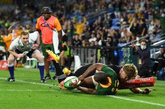 Makazole Mapimpi scores in the corner.