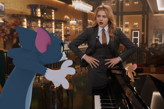 Chloe Grace Moretz as Kayla with the film's eponymous misfits Tom the cat and Jerry the mouse.