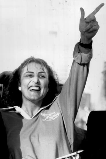Kay Cottee's victory wave as she arrives at Darling Harbour, June 5, 1988.