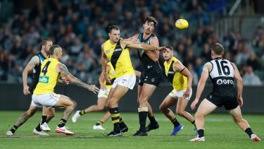 Toby Nankervis and Scott Lycett contest a ruck contest.