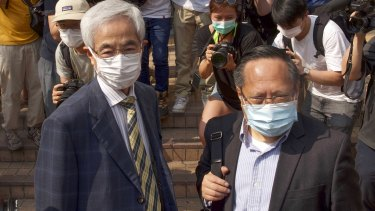 Anggota parlemen pro-demokrasi Martin Lee, kiri, dan Albert Ho, kanan, tiba di pengadilan di Hong Kong awal bulan ini.
