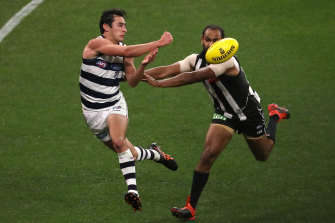 Sam Simpson fires off a handball under pressure from Travis Varcoe.