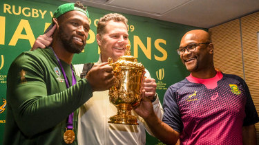 Kolisi, coach Rassie Erasmus and sport minister Nathi Mthethwa pose with the prize.