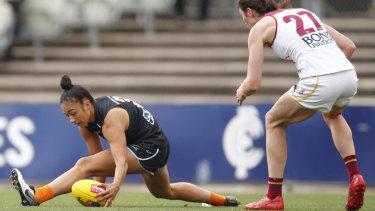 Grit: Carlton's Darcy Vescio stretches to gather the ball.