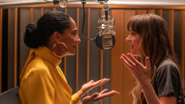 Tracee Ellis Ross and Dakota Johnson in The High Note.