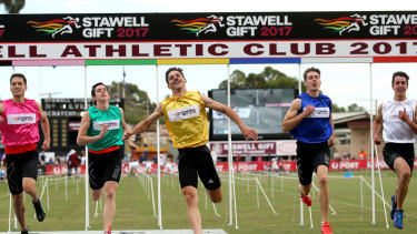Matthew Rizzo (yellow) wins the 2017 Stawell Gift.