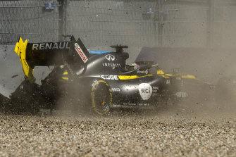 Daniel Ricciardo crashes into the barriers.