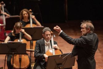 Jaime Martin, conducting the Melbourne Symphony Orchestra.