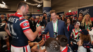 Smith shares a beer with Roosters captain Boyd Cordner.