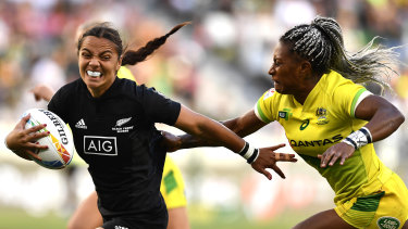 New Zealand's Stacey Waaka is chased by Ellia Green.