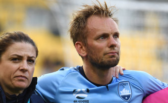 Mixed night: Star Siem de Jong is helped from the field.