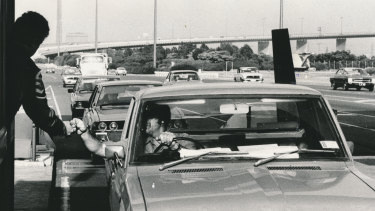 Early morning peak hour on the eastbound lane, 1980.