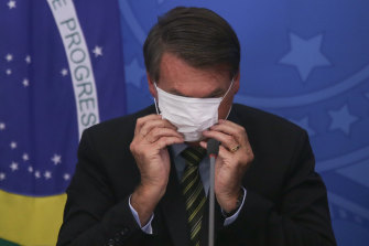 Journalists have filed a complaint against Bolsonaro for removing a mask while infected with COVID-19.