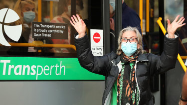 A woman arrives at a Perth hotel to begin her quarantine.