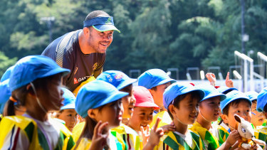 Cheika meets local schoolchildren in Odawara.