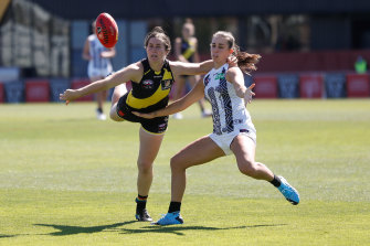 Chloe Molloy of the Magpies and Richmond's Iilish Ross battle for possession on Sunday.