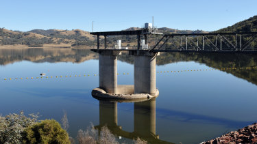 A picture of the Chaffey dam in 2010 when it was close to full capacity.