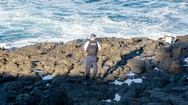 A man has drowned after falling from rocks in Kiama.