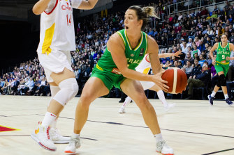 Jenna O'Hea in action for the Opals.