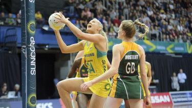 Gretel Tippett scores for the Diamonds against South Africa.