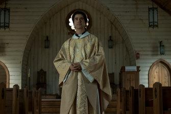 Hamish Linklater sebagai Pastor Paul dalam Misa Tengah Malam.